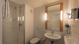 ibis Hotel Dortmund West Bath room
