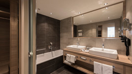 Wyndham Grand Salzburg Conference Centre Bathroom
